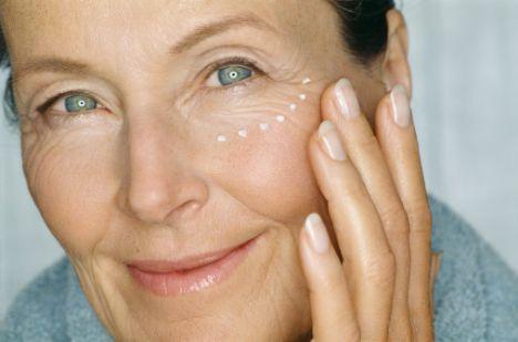 Menopoza giren kadınların cildi çok çabuk kurur, bu yüzden 50'li yaşlarda kullandığınız nemlendirici miktarını artırın ve nemlendiricinizin mutlaka shea yağı ve lesitin içermesine dikkat edin.